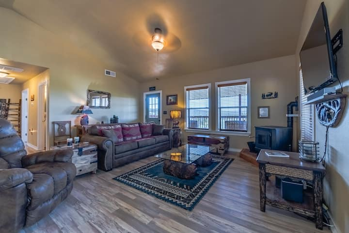 RainDance Retreat: Beautifully Updated 2 Bed, 2 Bath Cabin with a Hot Tub!