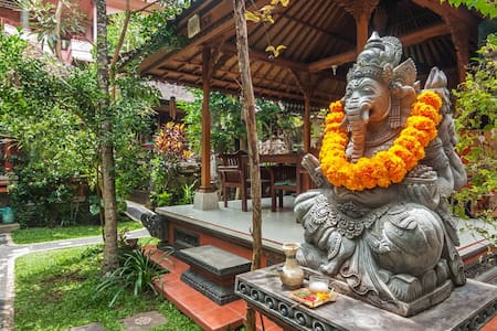 Sayong House is located at the end Maruti alley.Just 200 meters to Ubud market and Ubud Palace,and just 1 km to Monkey Forest.Our cool and comfortable bedroom with hot shower in bathroom