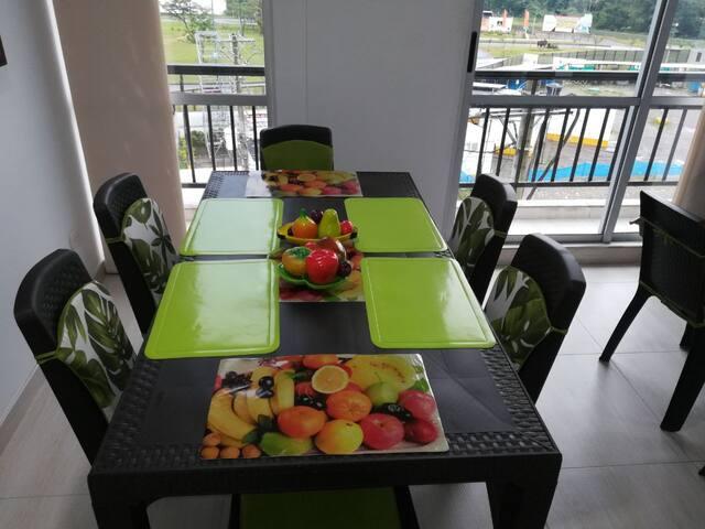 Apartamento con piscina comunal - cerca al CC viva