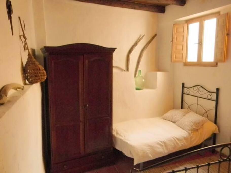 Dormitorio de matrimonio con cama adicional