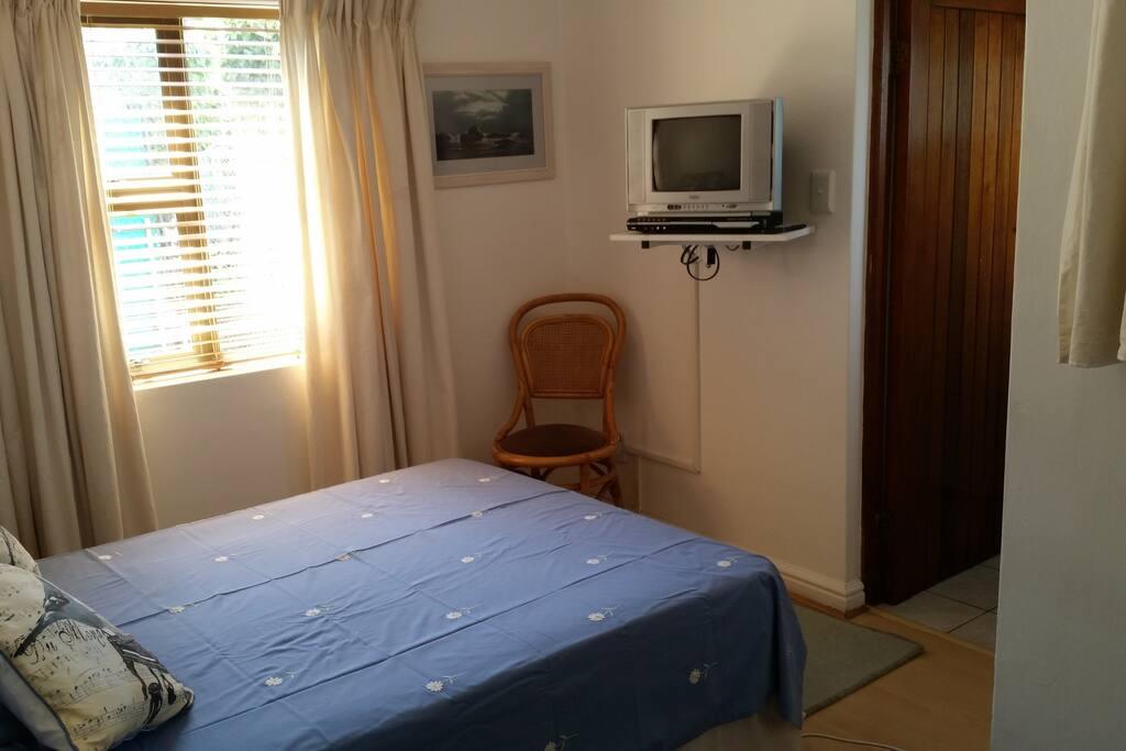 Bed showing door to en suite shower room