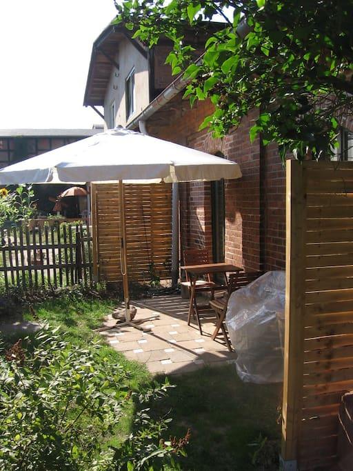 Kleine Terrasse in der Nachmittags- sonne