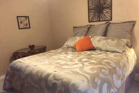Clean and comfortable room in the high desert - Helendale - Ház