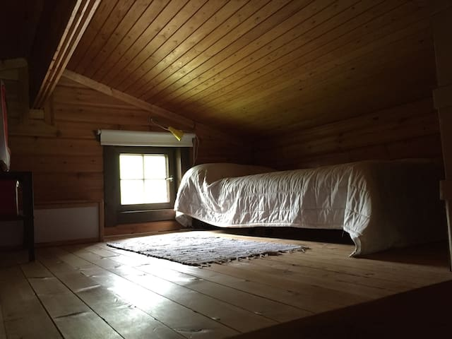 A sleeping loft in cozy cabin - Ingarö - Cabaña