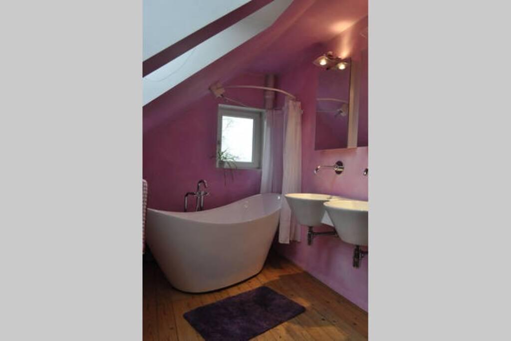 Originell renoviertes Badezimmer