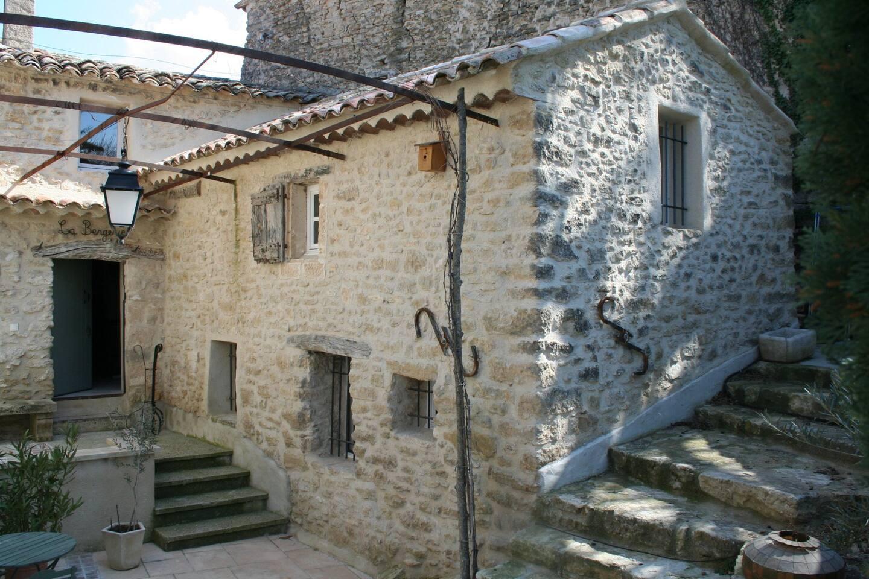 De gite maakt deel uit van een provencaalse Mas gelegen op een helling.Een eigen ingang en terras met tafel en stoelen.