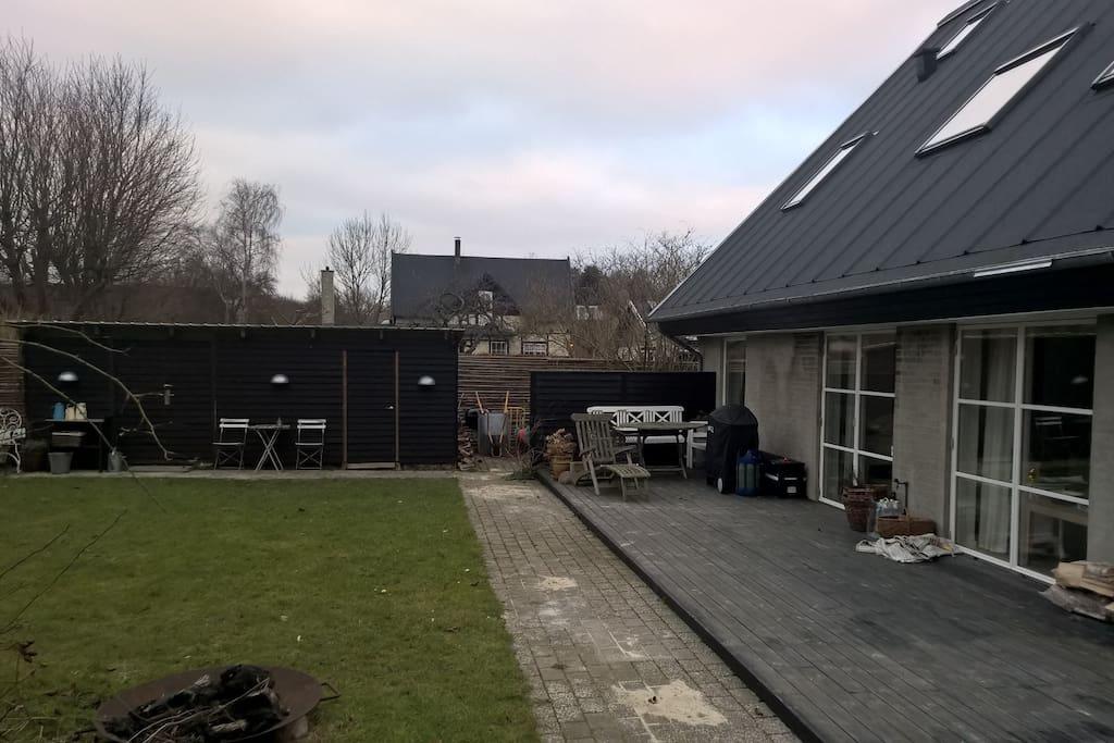 Den ene af 2 solfyldte terrasser