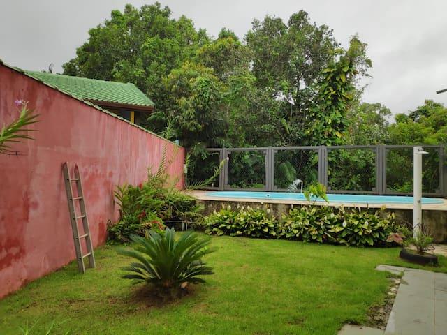 Área externa próxima a piscina (Temos churrasqueira)