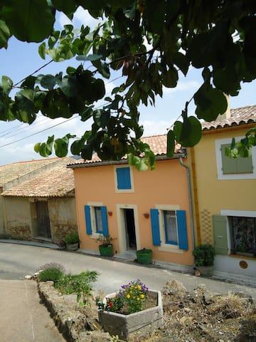 la maison des remparts - Saint-Jean-de-Barrou - House