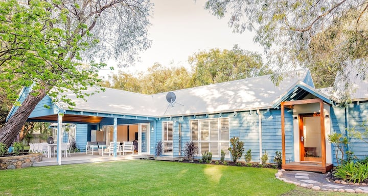 Blue House: stylish home one street from the beach