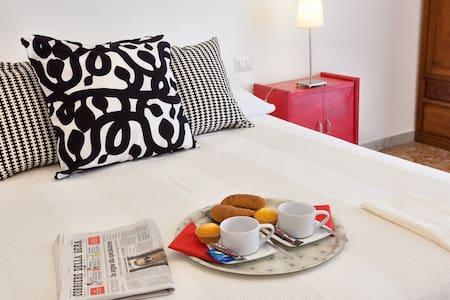 B&B 830:Cozy room 1 min from Metro! - Roma - Bed & Breakfast