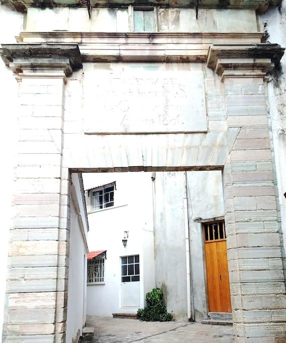 Entrada del departamento (Puerta blanca)