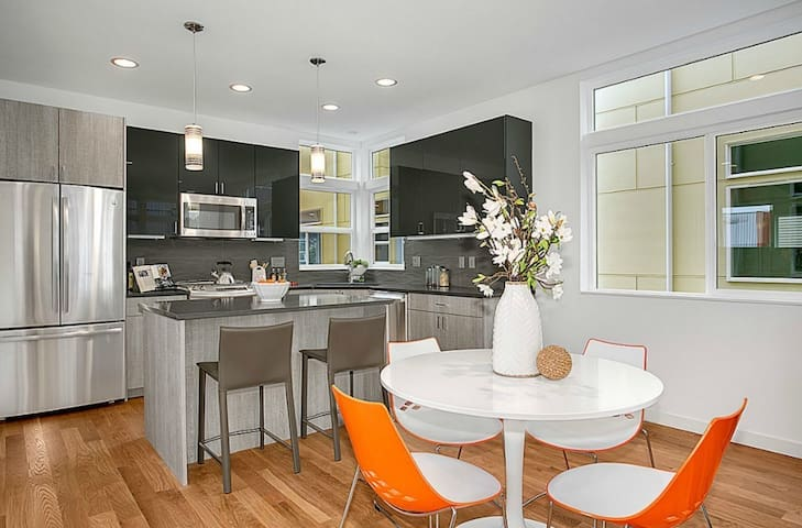 3 Bed 3 Bath Modern House (March 12  to June 20)