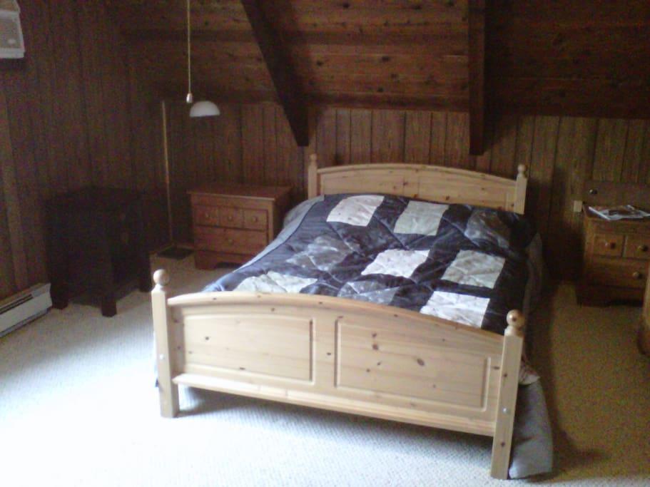 Berdroom upstairs, queen bed
