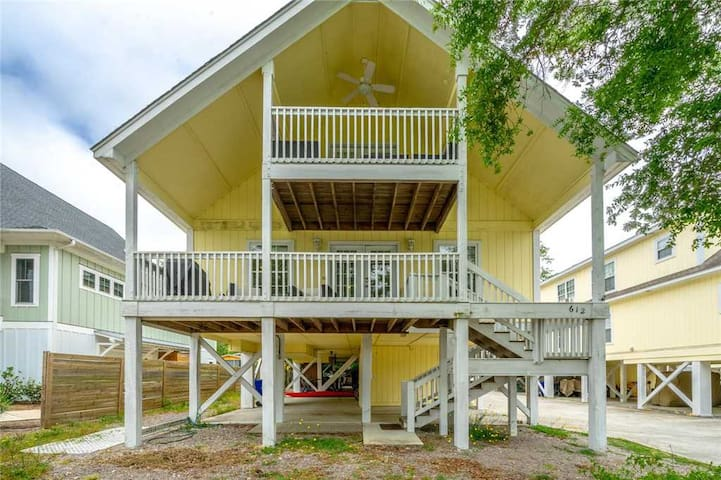 Bikinis and Martinis - ACCEPTING MONTHLY RENTALS UNTIL MAY!  Right Beside the Beautiful Greenway in Carolina Beach!!