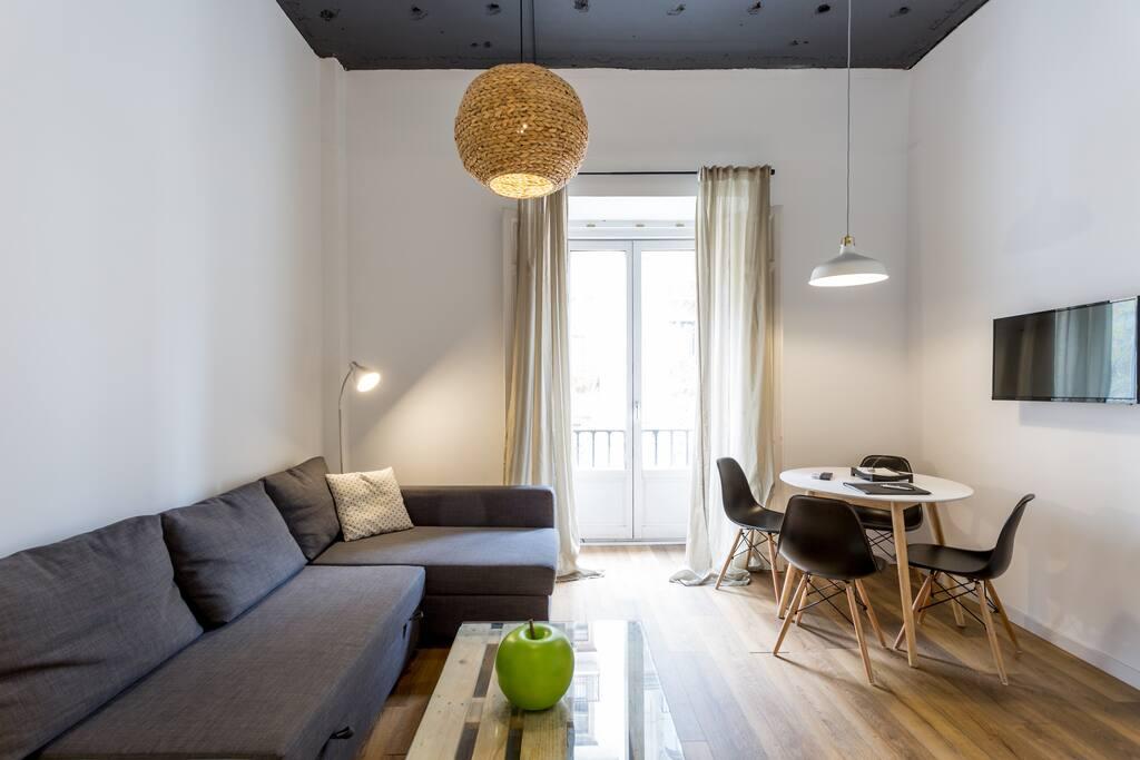201 Apartamento con vistas a la calle Martín Villa. Muy luminoso en todas sus estancias.