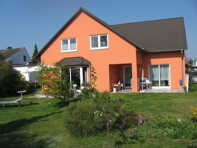 Großes Haus & wunderschöner Garten - Brandenburg an der Havel - Casa
