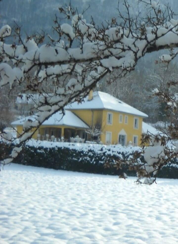 Maison du soleil au lac d'aiguebelette