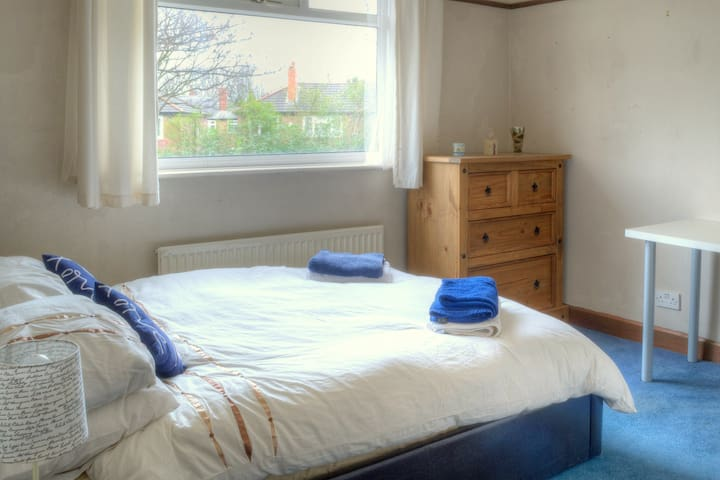 Double w/breakfast, Airport pickup, Tram nearby - Manchester - Huis
