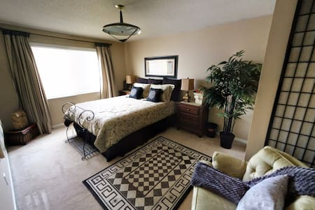 Large private room w/ TV, and bath - Aurora - Dom