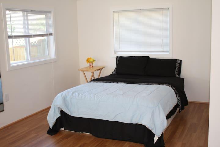 Room w/ full bathroom & entrance - Seattle - Bed & Breakfast