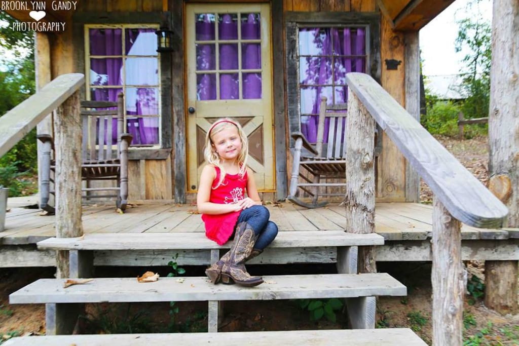 Cloey's Cabin was named after the property owner's granddaughter. Cloey adores Cloey's Cabin!