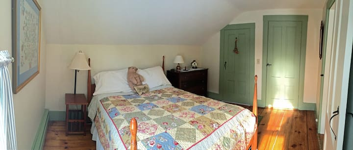 Private suite in lovely 1793 farmhouse on 10 acres