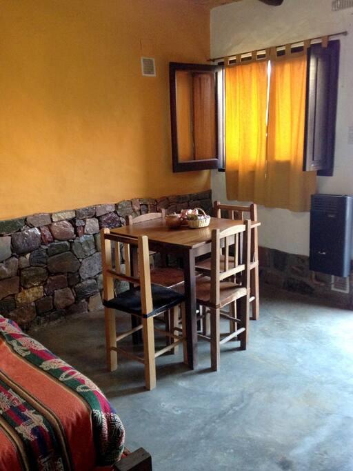 Mesa y sillas para comer dentro del espacio privado