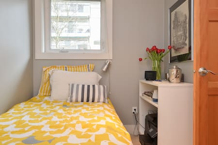 Modern Fremont Guest Room - Seattle - House