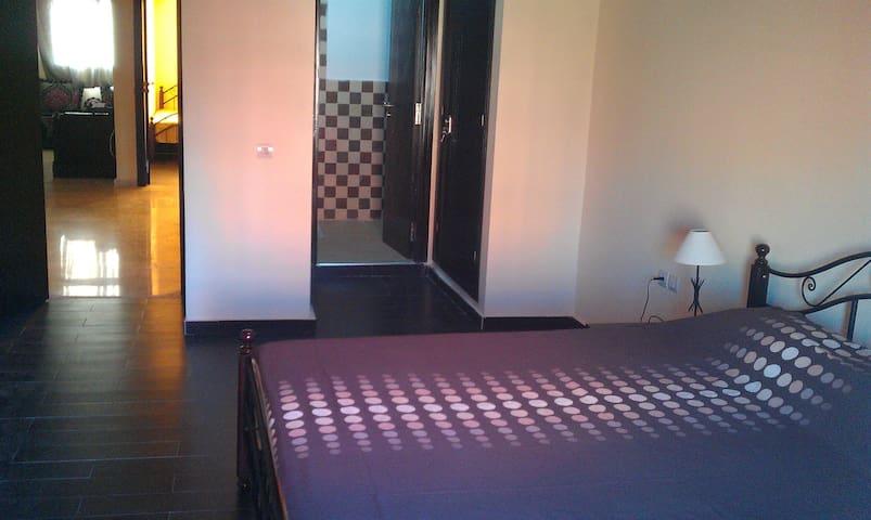 Chambre à coucher avec toilette privée et balcon