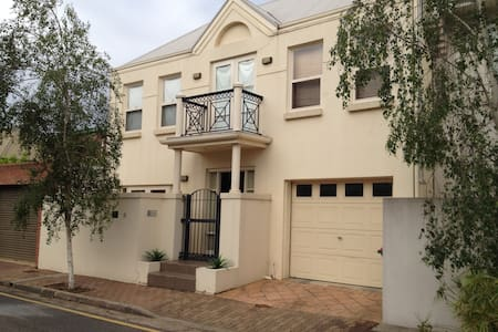Sunny, tucked away, North Adelaide pad - 北阿得莱德(North Adelaide) - 独立屋