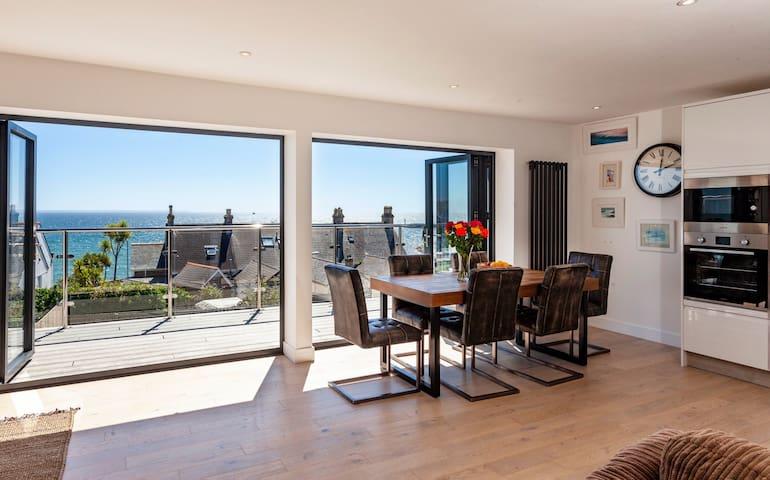 The Penthouse  Balcony  Sea Views. Private Garden.
