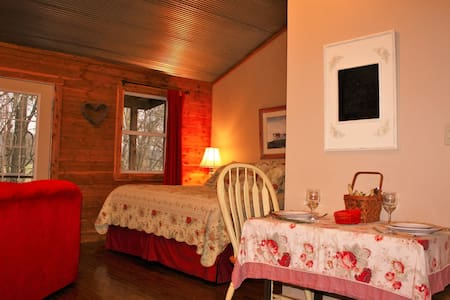Romantic Cabin, Hot Tub, Fireplace! - Norfork