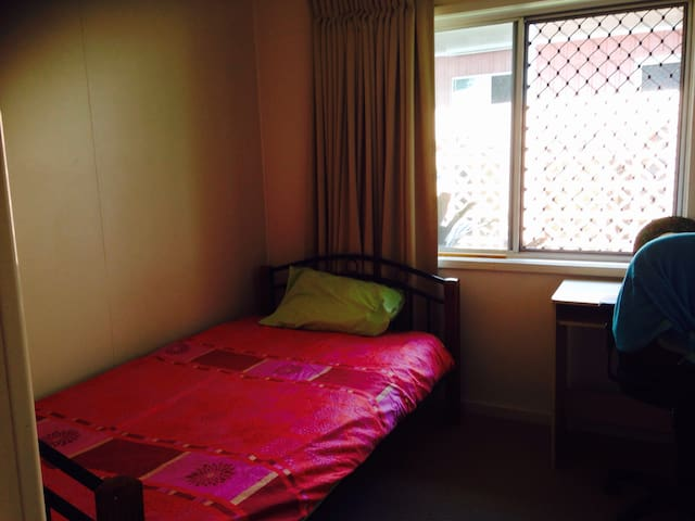 Single room in relaxed home - Manoora - Casa