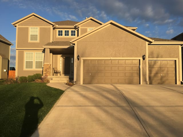 Spacious 5 BR/ 4 BTH in Olathe ready to be enjoyed - Olathe - Hus