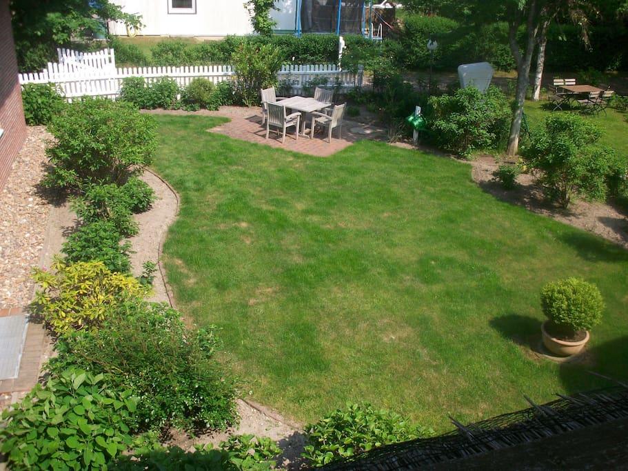 Blick vom Wohnzimmerfenster in den Garten