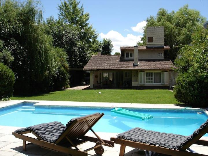Chalet en Country con parque y piscina