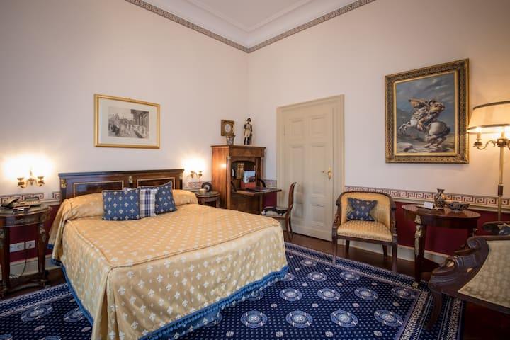 """Hotel """"Belle Epoque"""", (Baden-Baden), Junior Suite mit Whirlpool-Badewanne und WC"""