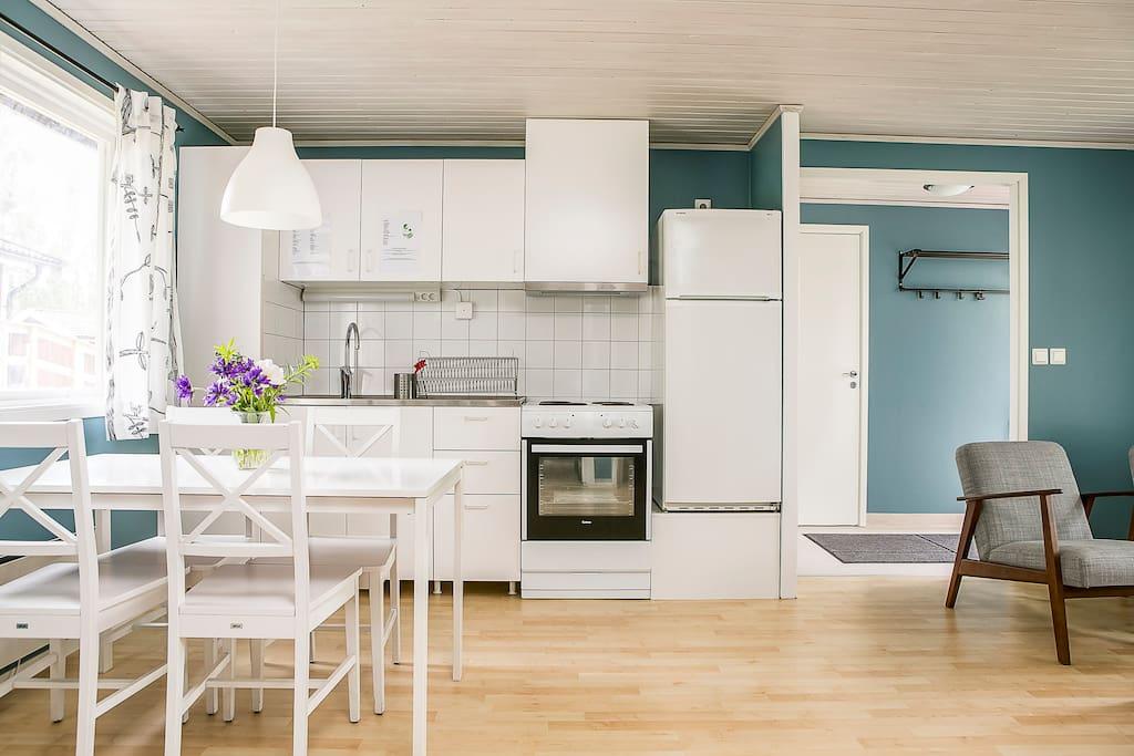 Kök, med husgeråd, mikro, kaffebryggare och vattenkokare. Spis, ugn, kyl/frys.