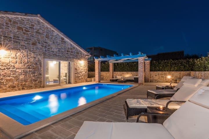Reizvolle dalmatinische Villa mit wunderschöner überdachter Terrasse, Grill, 80m vom Meer