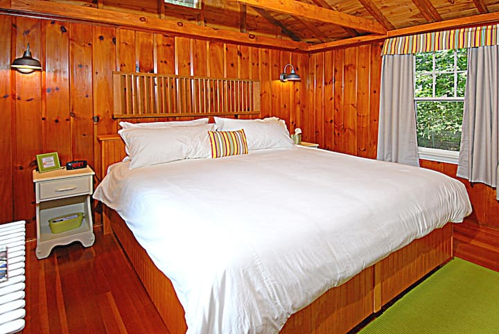 Cottage 12 (2-4 People) King Bed, FREE BIKES, KAYAKS, FIREWOOD, & WIFI - 5 Min. Walk to Wolfeboro Harbor