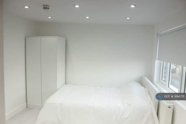 Lovely EnSuite Double Bedroom in a Stunning House