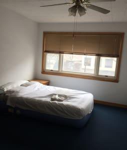 Private bedroom in downtown skokie - Skokie - Lägenhet