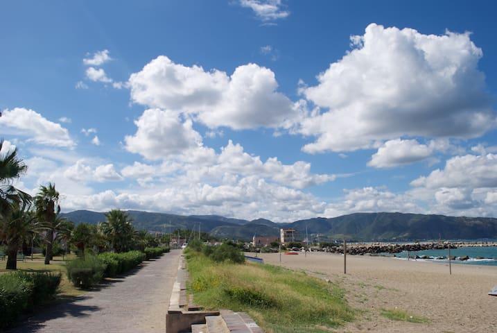Ampio e fresco appartamento a 100 metri dal mare - Furnari - Lägenhet
