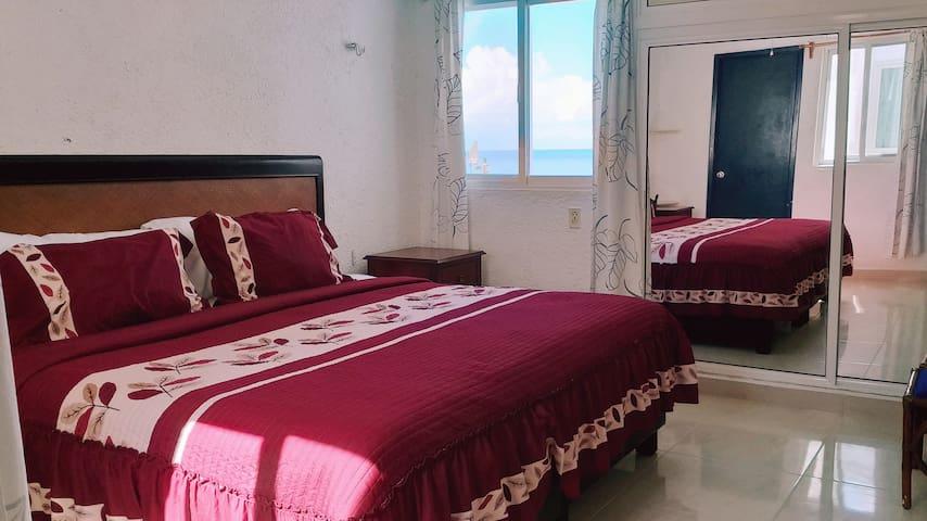 1st bedroom (ocean view): Vista al Mar, A/C, Baño, Smart TV con Roku y colchón king con memory foam.