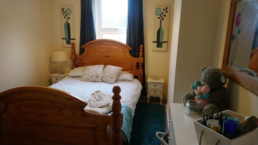 King size bed, bedside tables, lamp and chest of drawers