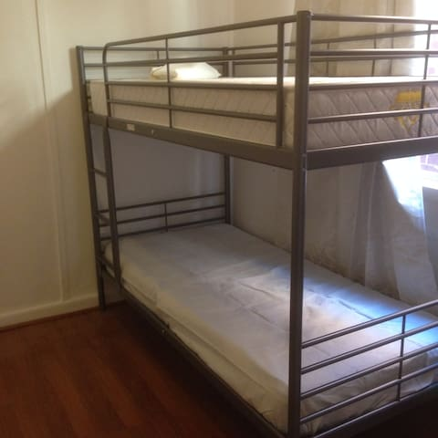 Share room near train station 12KM to CBD - Mont Albert - House