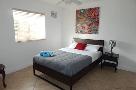 Central & cozy private bedroom! - Hialeah
