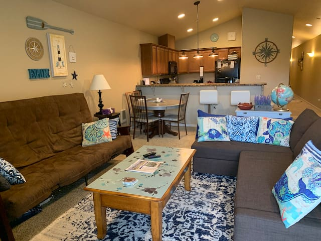 2 Bedroom Condo w/ Private Balcony on the Canal