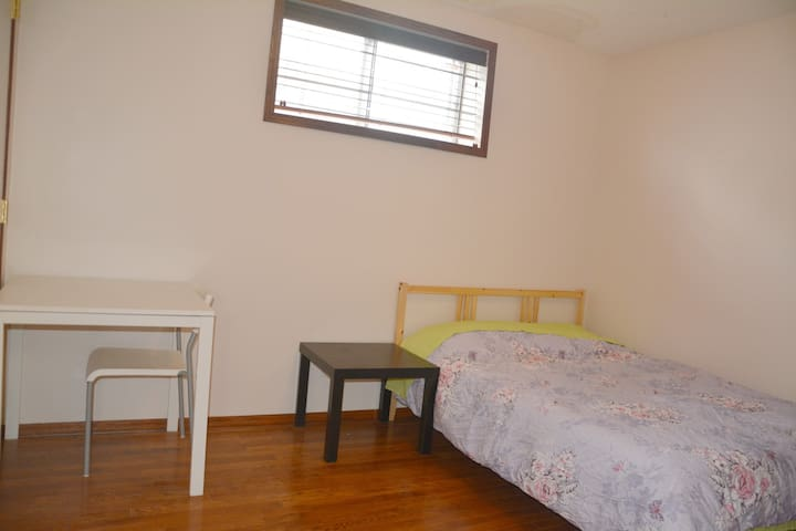 C:Greet location &Clean bedroom,close to downtown.